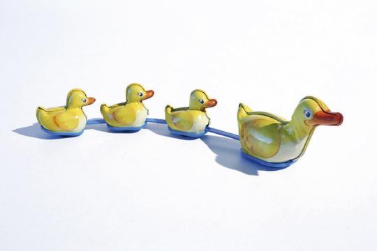 Entenfamilie aus Blech.