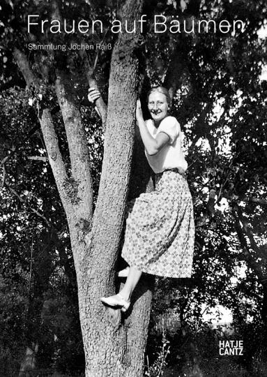 Frauen auf Bäumen.