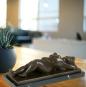Bronzefigur Fernando Botero »Frau in Rückenlage«. Bild 5
