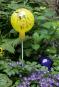 Glaskugel für den Garten, gelb und bunt getupft. Bild 5